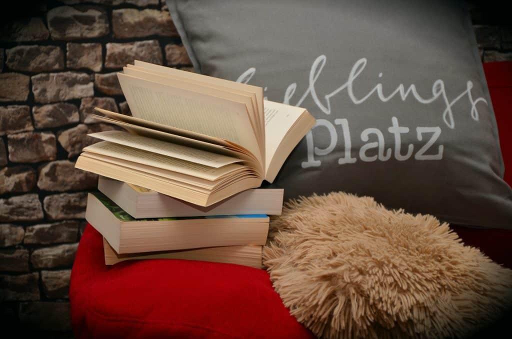 Imagem de livros empilhados.