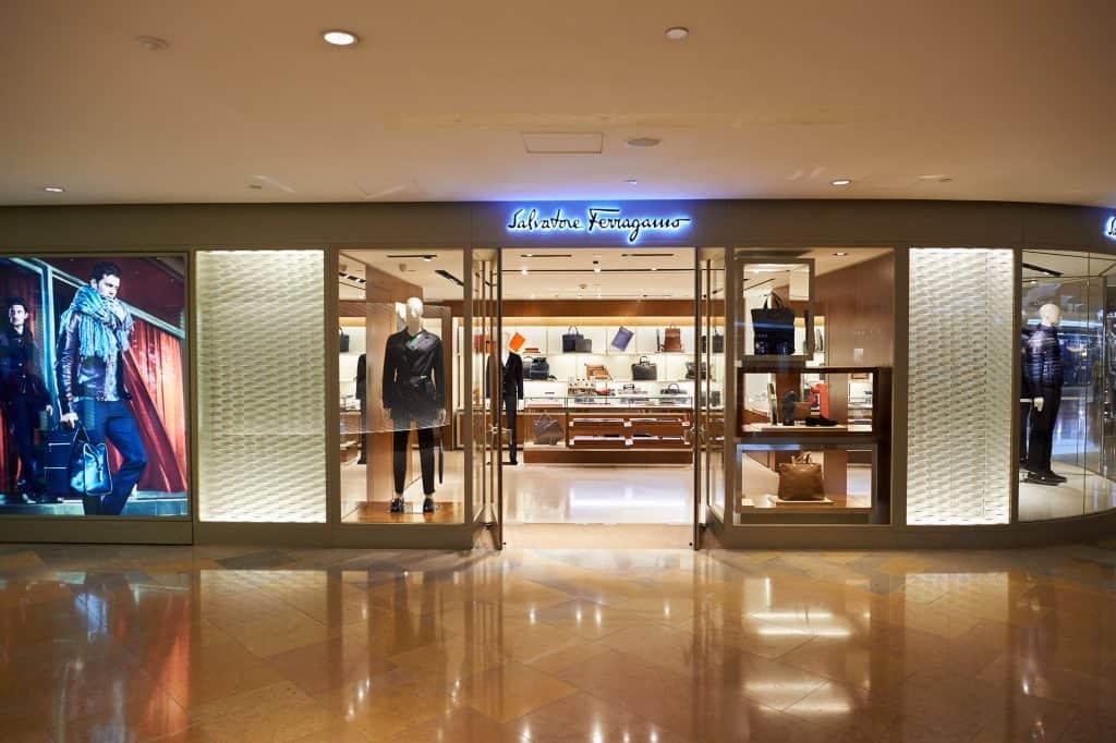 Imagem mostra uma loja com porta aberta no shopping.