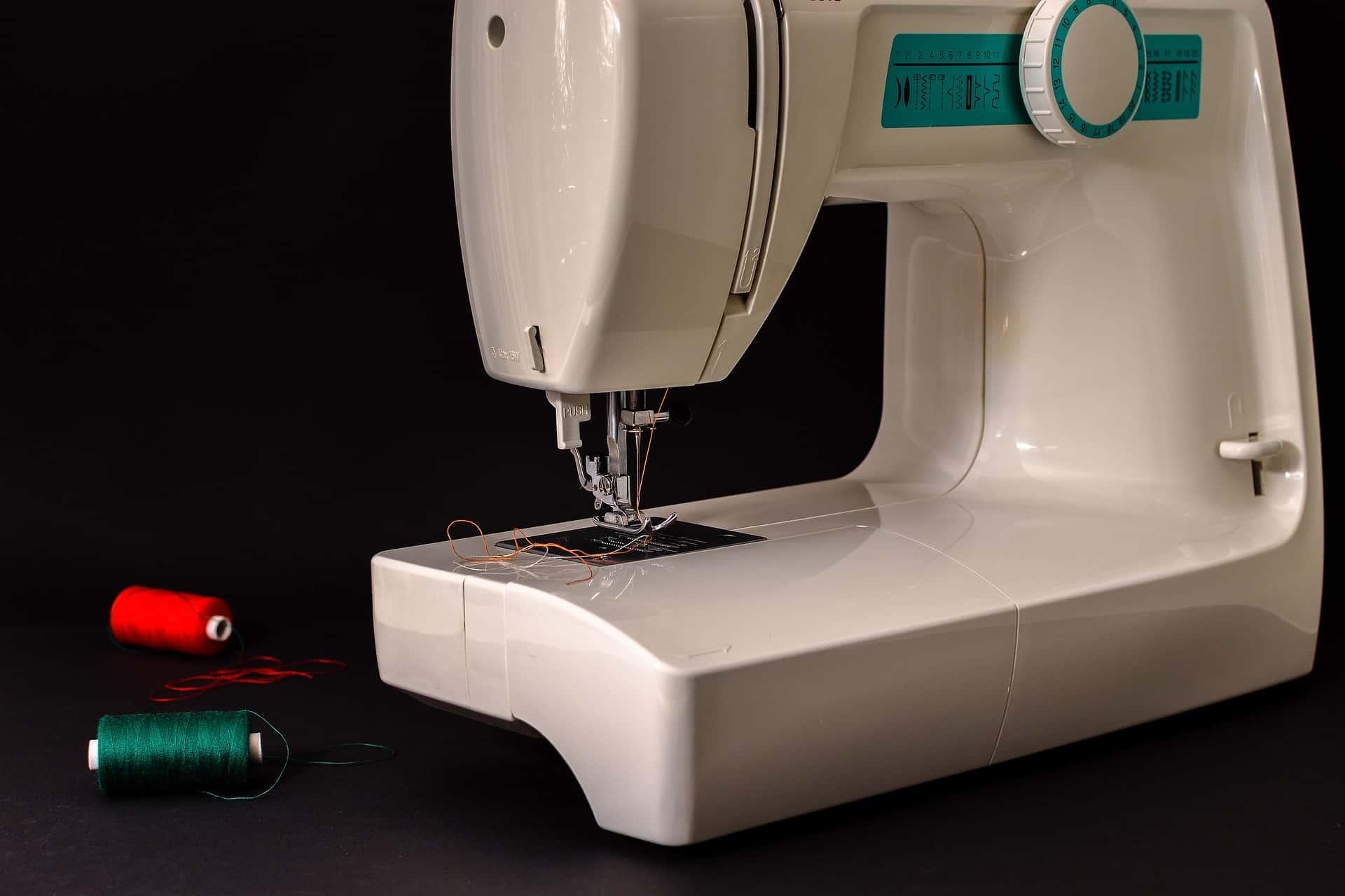 Máquina de costura com linhas.