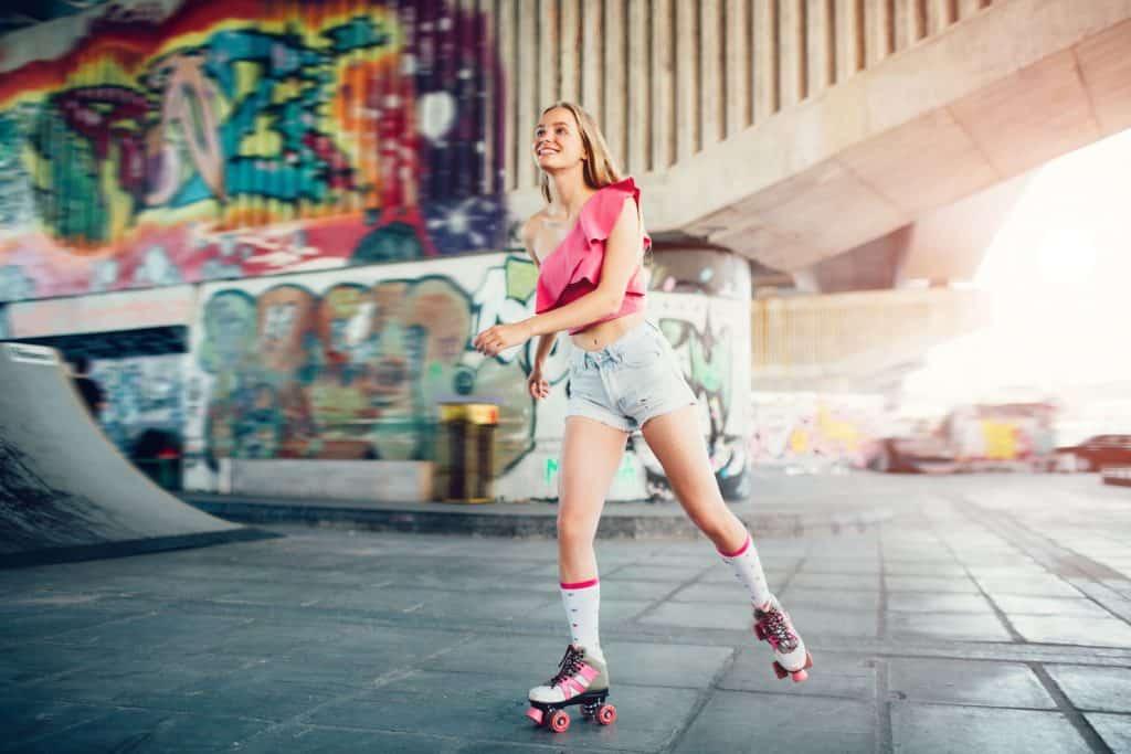 Imagem de uma moça patinando.