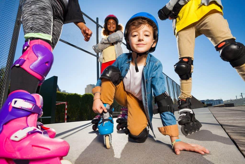 imagem de um grupo de crianças andando de patins.
