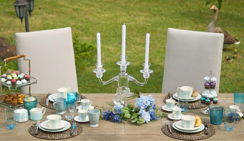 imagem de um candelabro em cima de uma mesa.