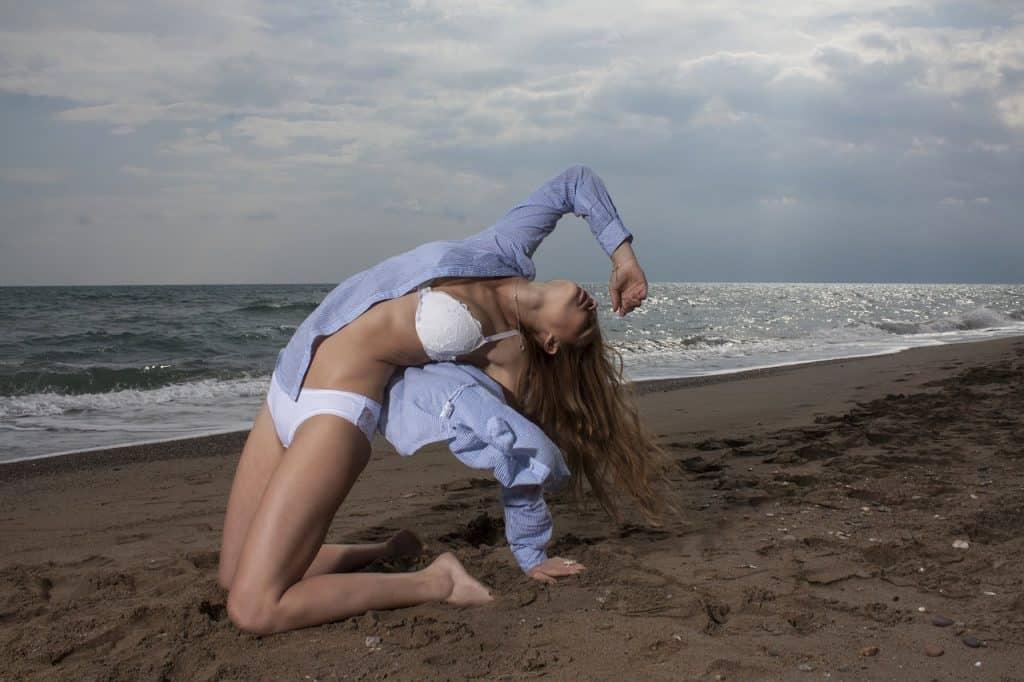 Imagem de mulher na praia vestindo uma calcinha de algodão.
