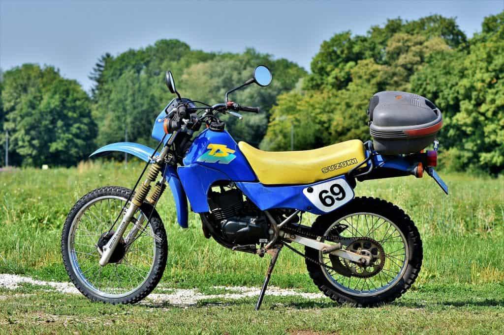 Moto de trilha equipada com bauleto traseiro
