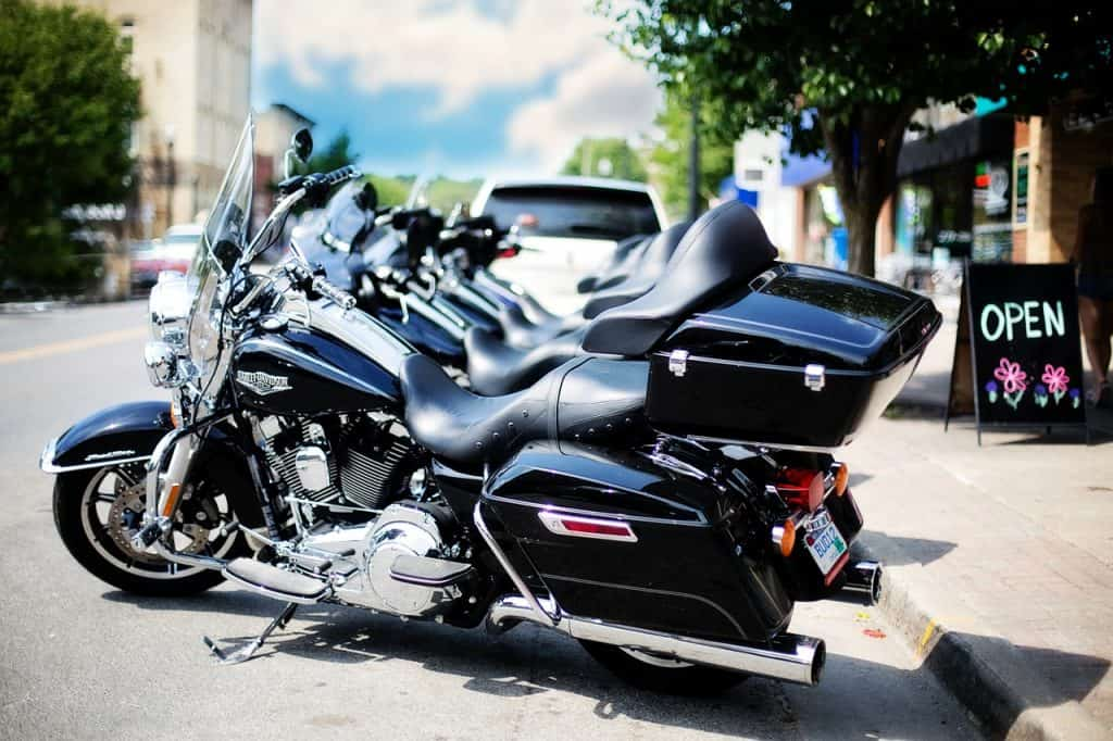 Fileira de motos equipadas com baú traseiro