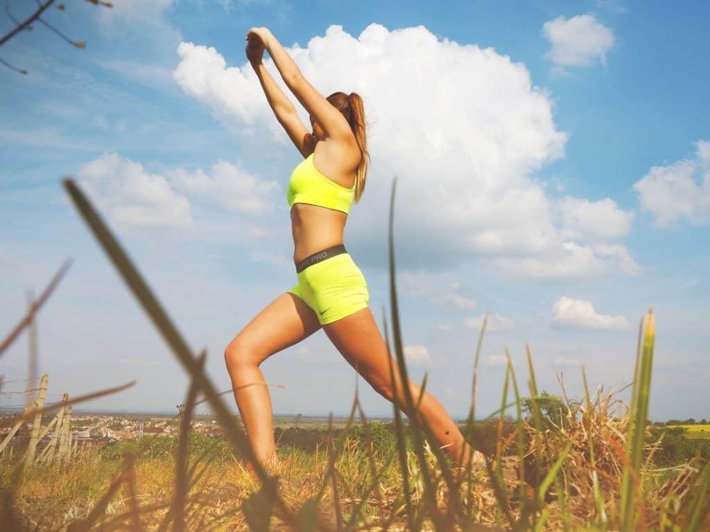 Mulher fazendo atividade física ao ar livre.