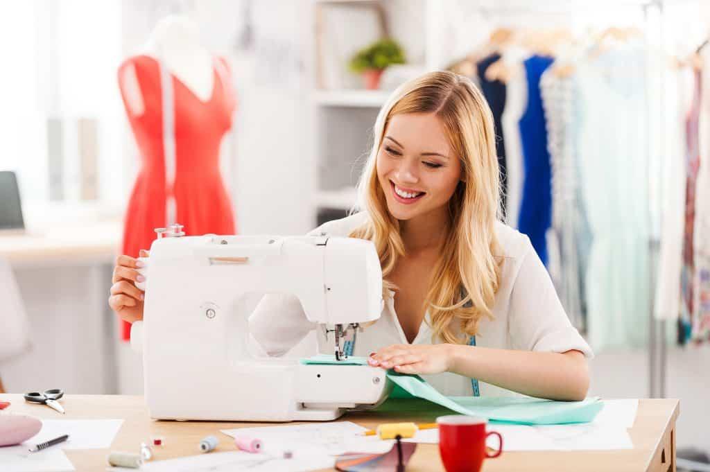 Mulher usando máquina de costura.