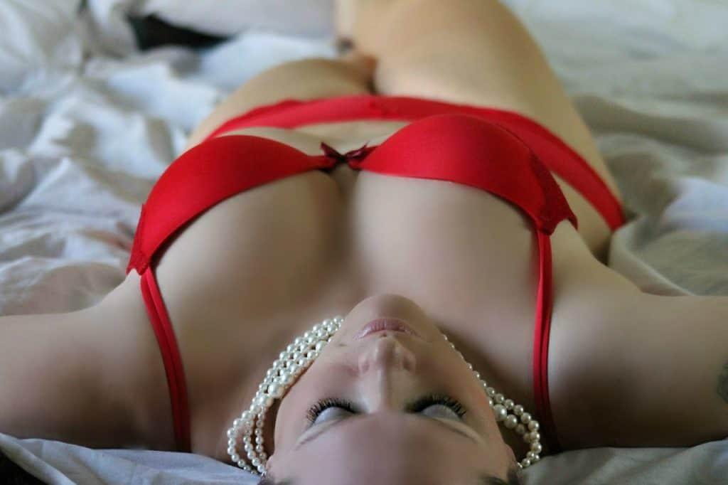 Imagem de mulher vestindo uma calcinha de algodão vermelha.
