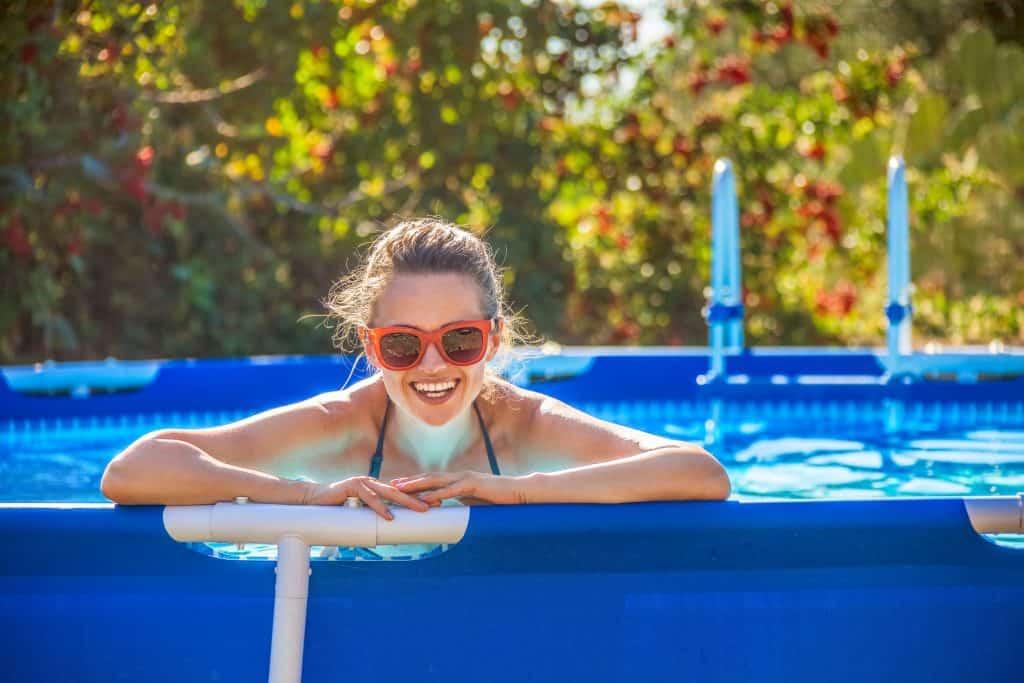 Mulher na borda da piscina inflável.