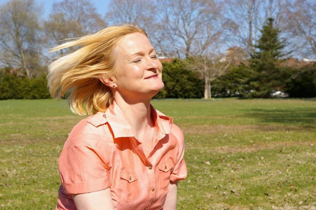 Imagem de uma mulher tomando sol.