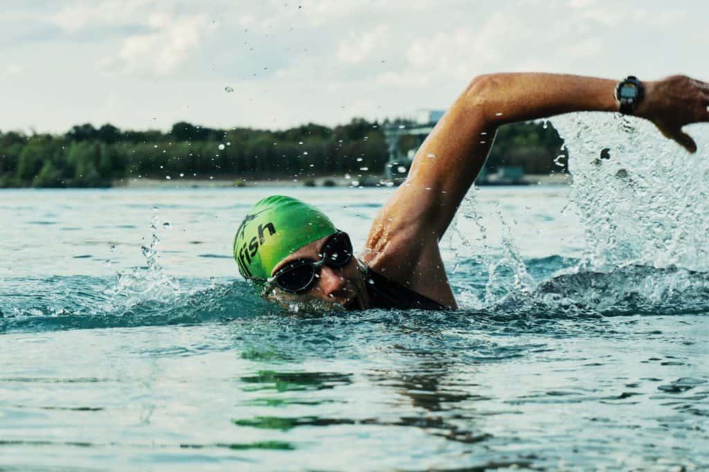 Imagem mostra um homem praticando um esporte aquático em uma piscina.