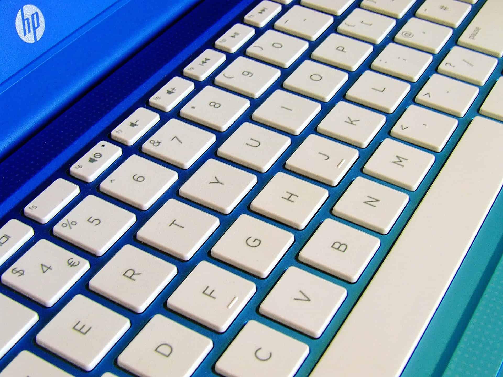 Imagem mostra as teclas brancas de um notebook HP.