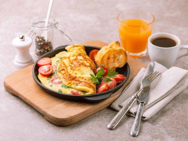 Imagem de um café da manhã completo.