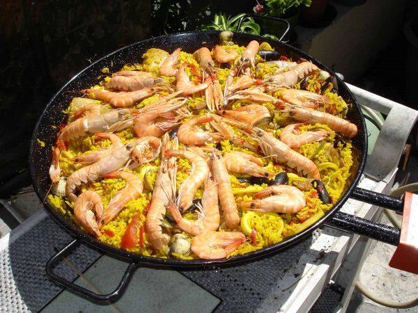 Imagem de uma paella de frutos do mar.