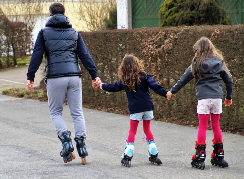imagem de uma família patinando.