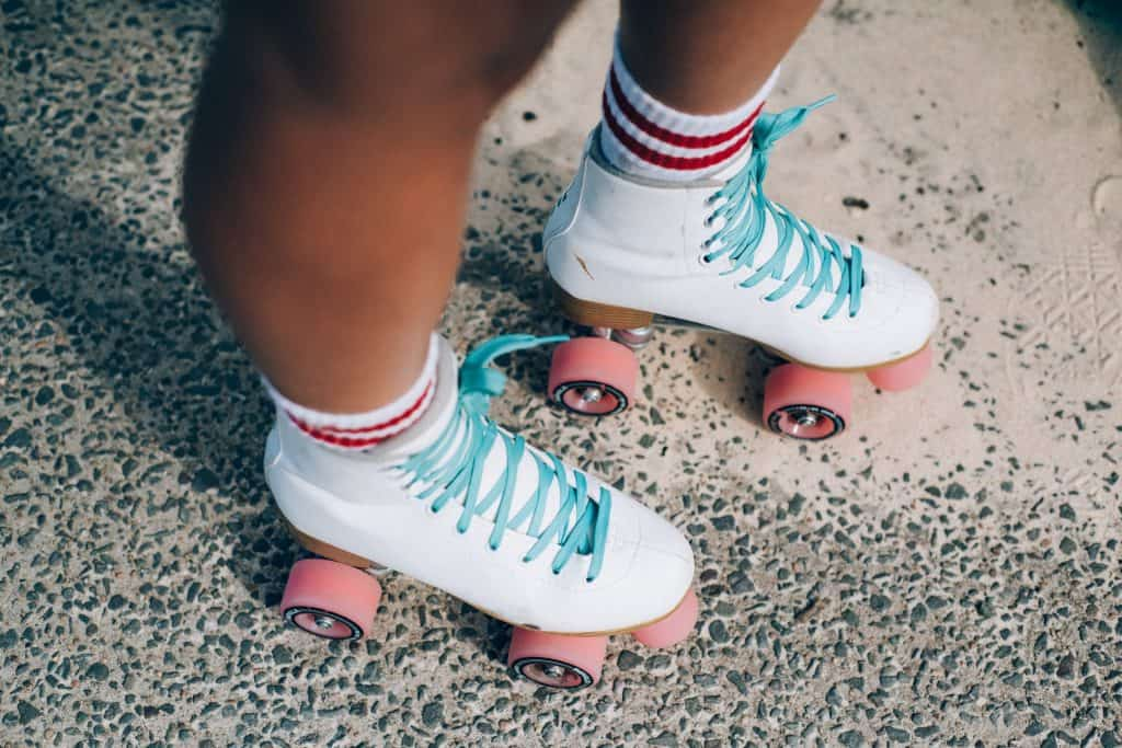 Imagem de uma moça usando patins quad.