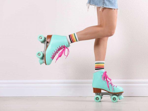 Imagem de uma menina de patins quad.