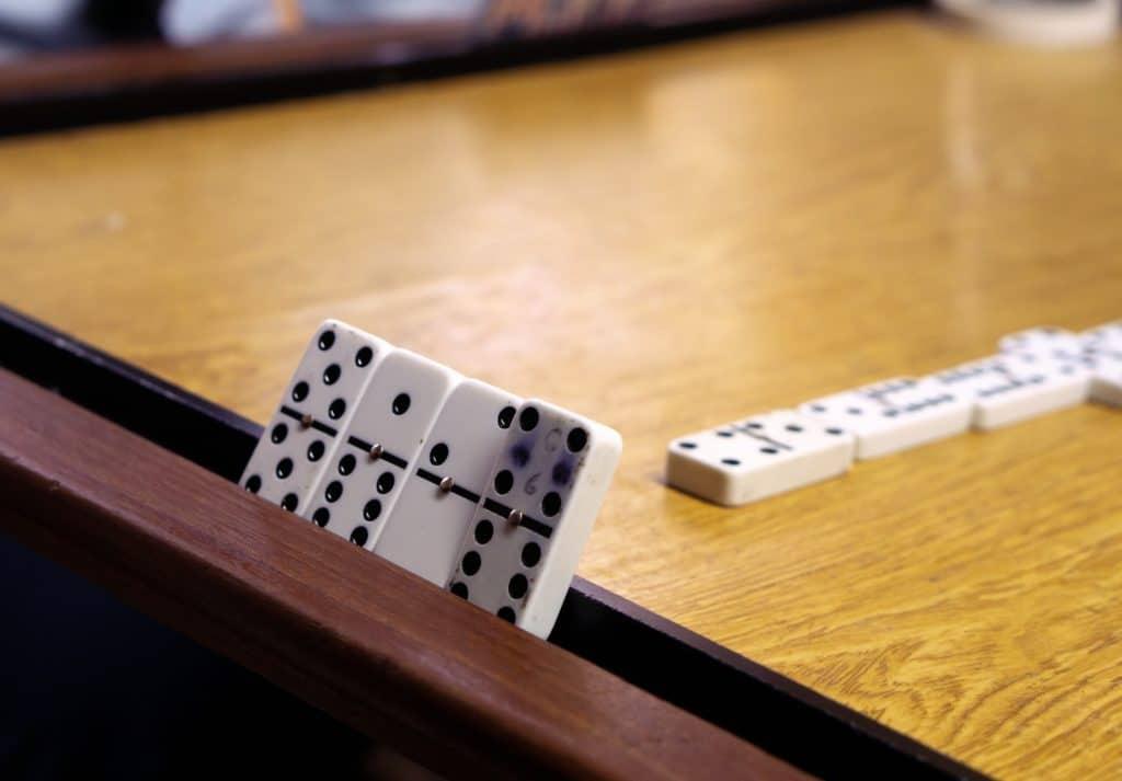 """Imagem recorta o grupo de quatro peças de um dos jogadores, a """"mão"""" dele. Uma das peças tem seus pontos um tanto apagados, e reforçados à base de caneta."""
