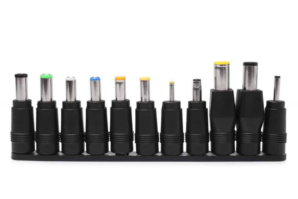 Imagem mostra um conjunto de 11 pinos diferentes de carregador universal.