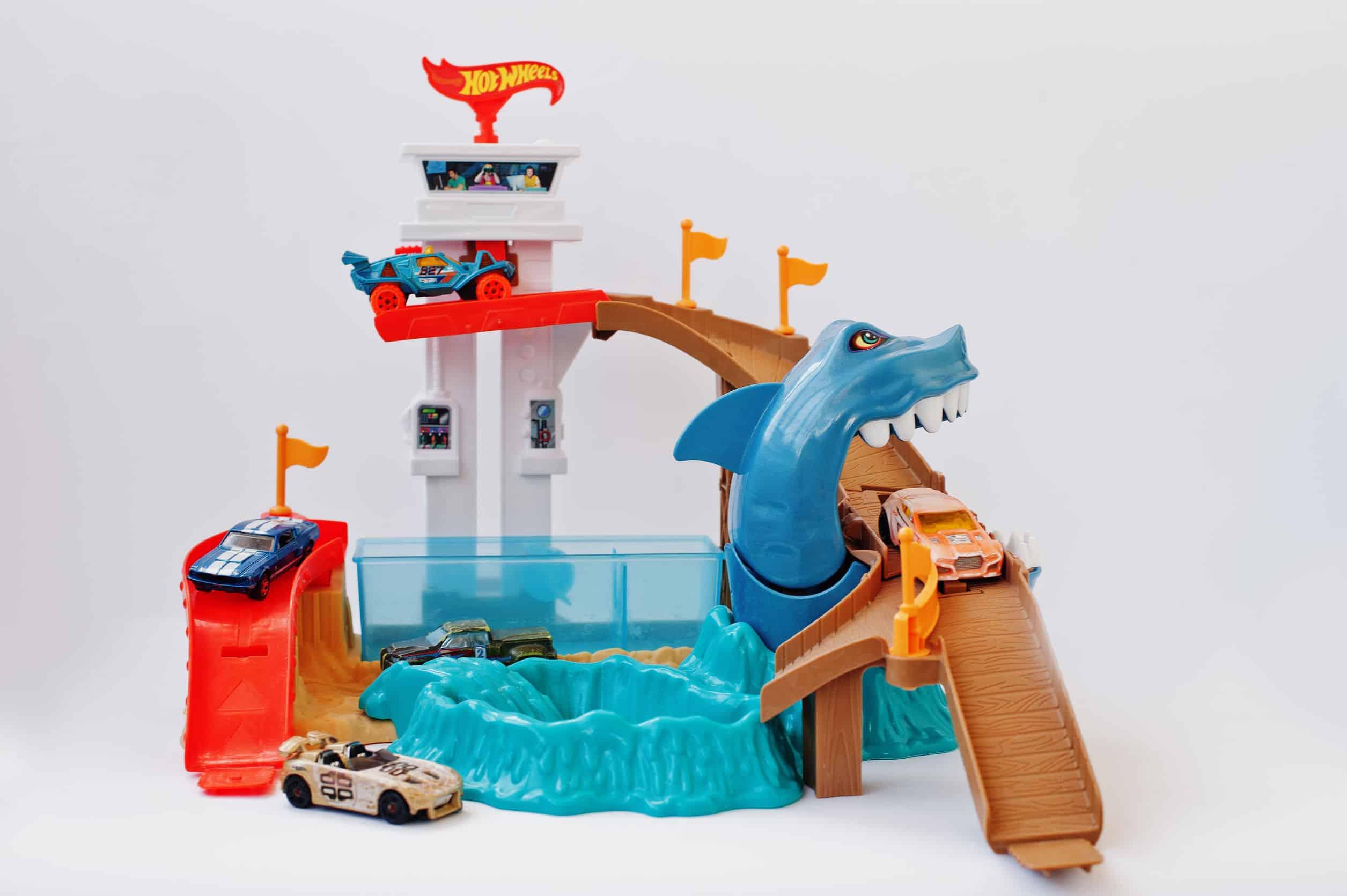 Pista Hot Wheels com torre, tubarão e carrinhos.