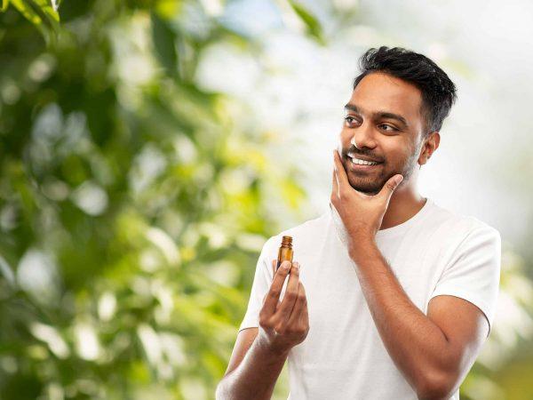 Imagem de um homem passando produto na barba.