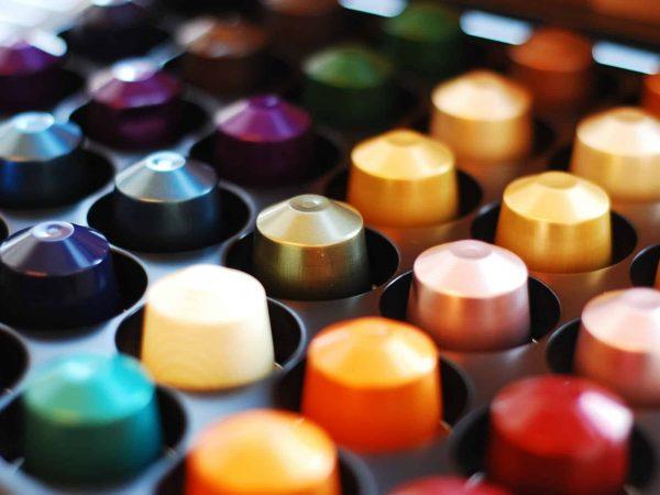 Porta-cápsula organizado por cores.