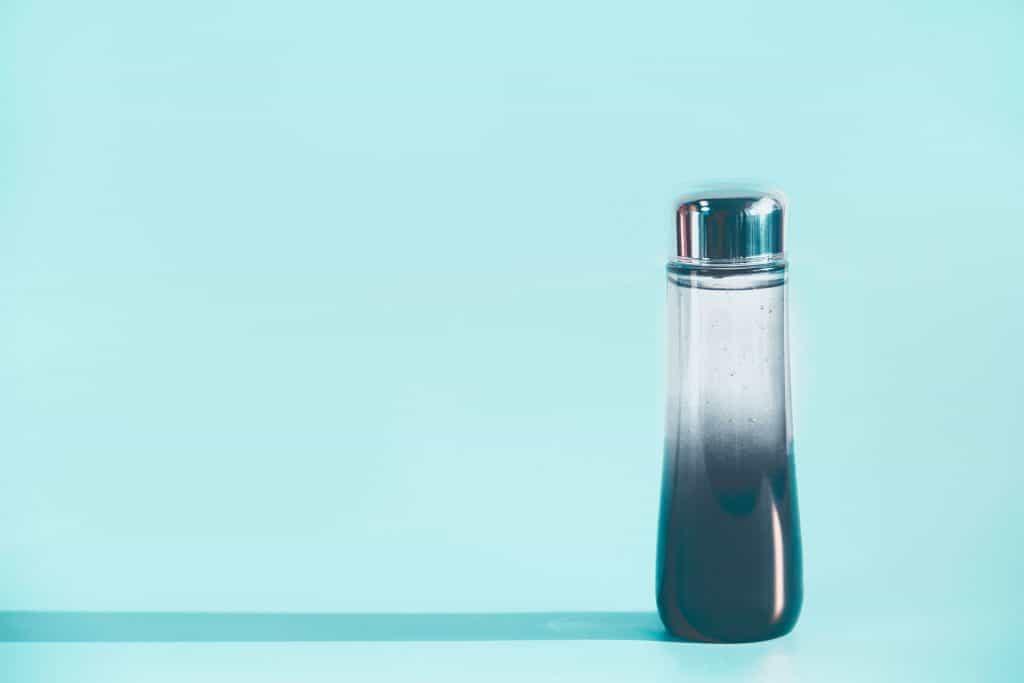 Frasco de cosmético transparente e azul.