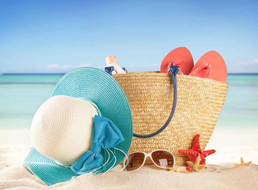 Imagem de uma bolsa de praia com um par de havaianas dentro.