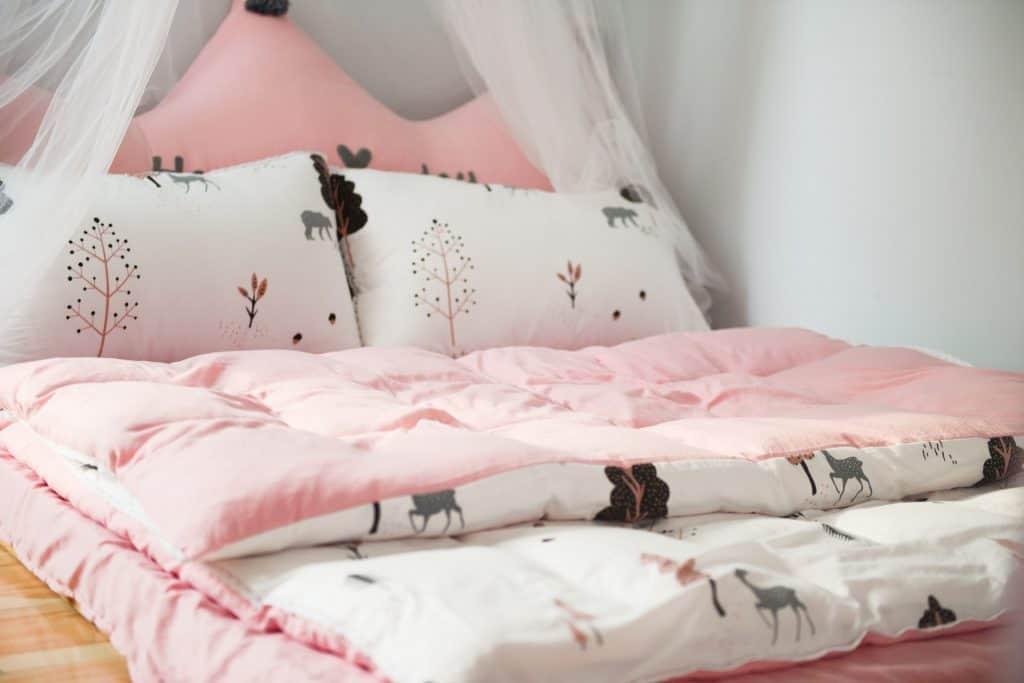 Imagem de um futon rosa.