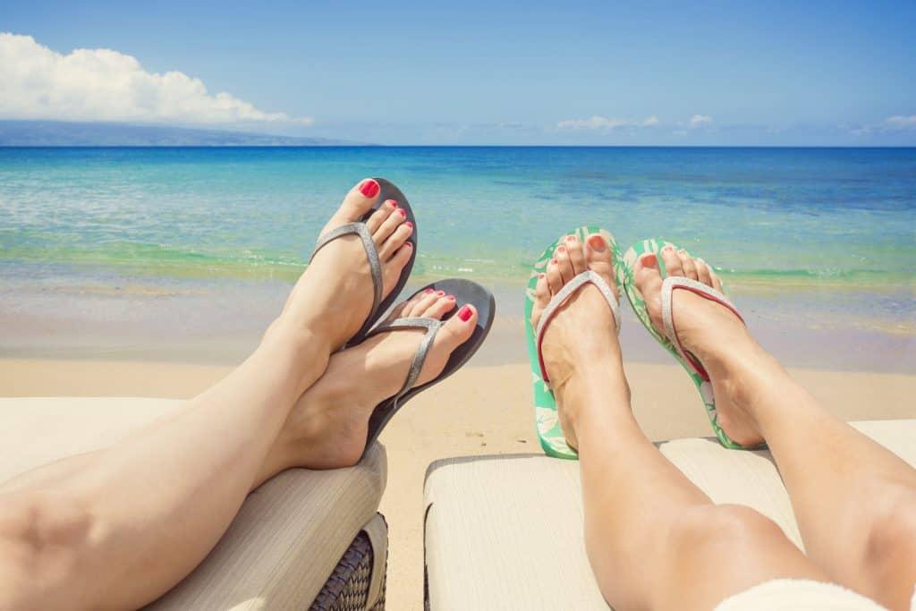 Imagem de duas mulheres de chinelos Havaianas.