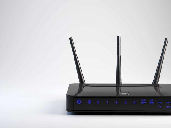 Imagem mostra um roteador wifi com três antenas.