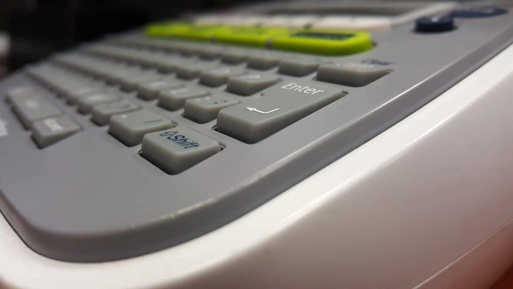 Imagem mostra o teclado de um rotulador.