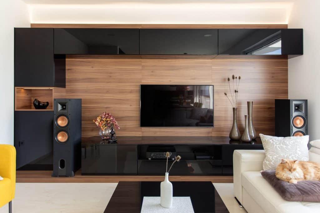 Imagem de sala com TV.