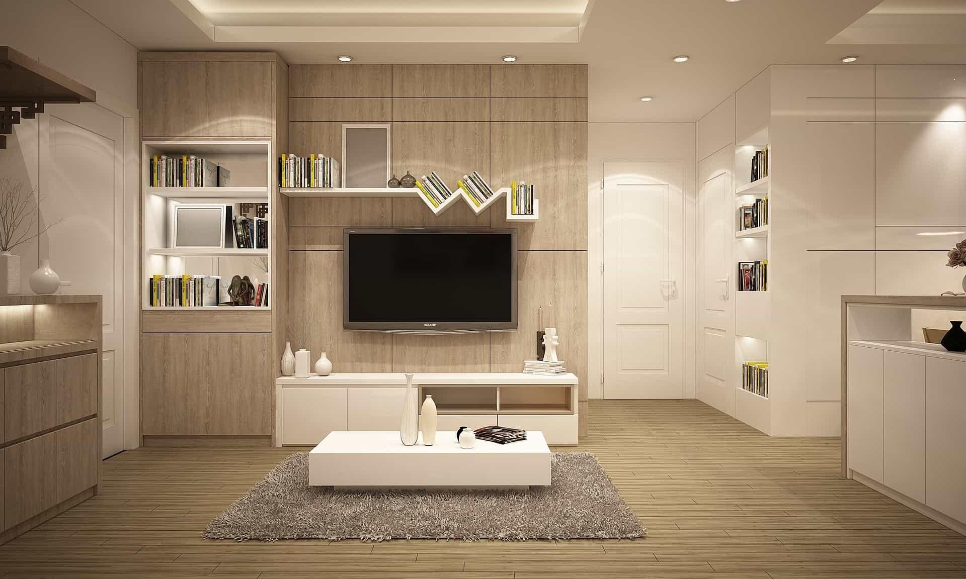 Imagem mostra uma TV presa em um suporte na parede de uma sala.