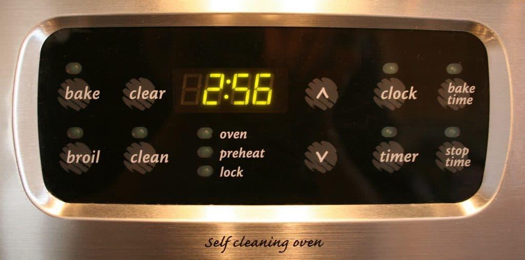 Imagem mostra o menu de opções em um forno, com diversas funções, dentre elas o timer.