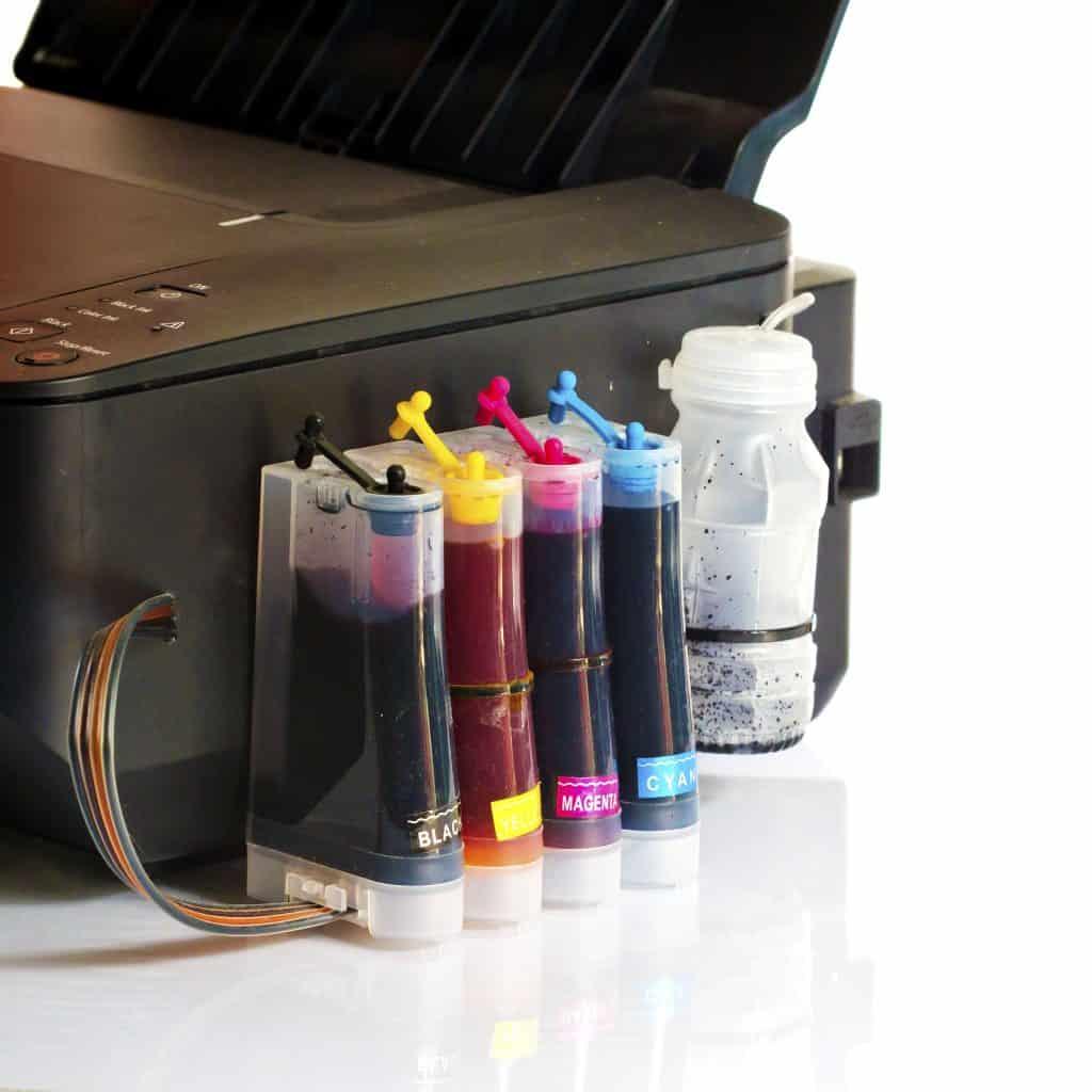 Imagem de tintas sublimáticas e impressora.