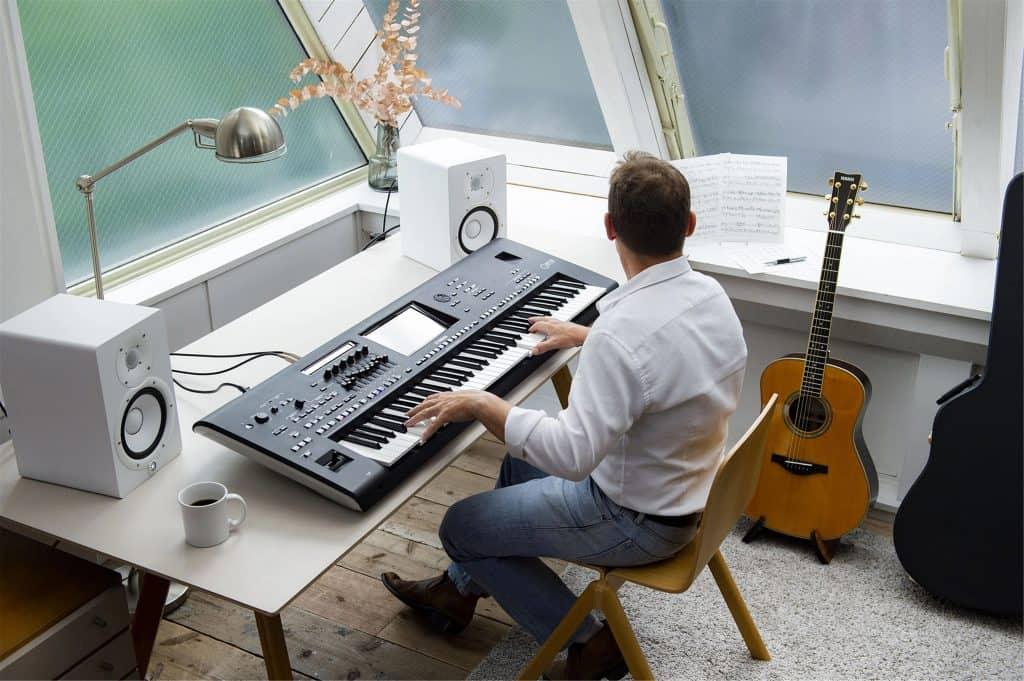 Imagem de um homem tocando teclado.