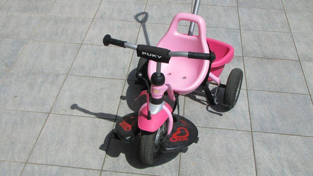 Triciclo infantil cor de rosa.