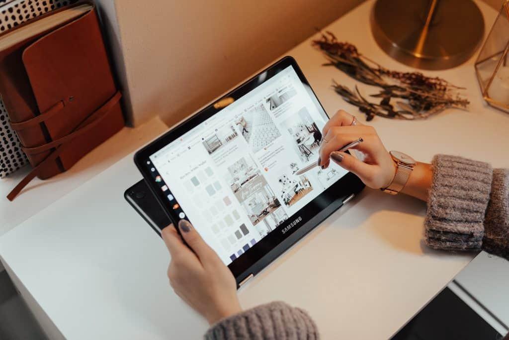 Imagem de uma pessoa usando um ultrabook 2 em 1.