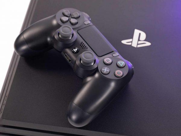 Imagem de um controle sobre console de PS4.