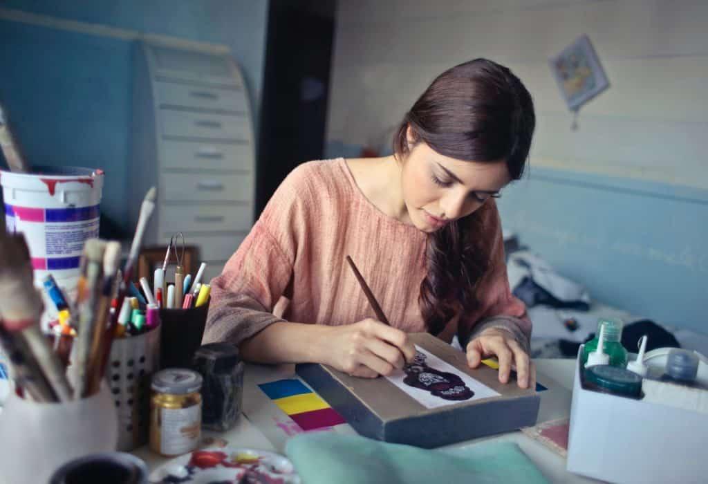 Imagem de uma mulher desenhando.