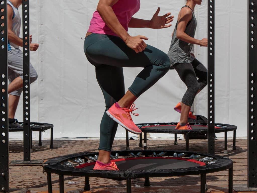Imagem de pessoas em uma aula de jump.