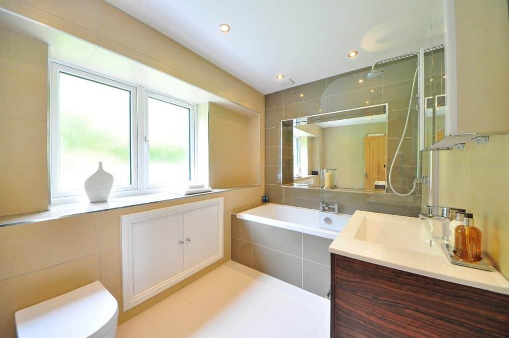Banheiro com pia, banheira e chuveiro.