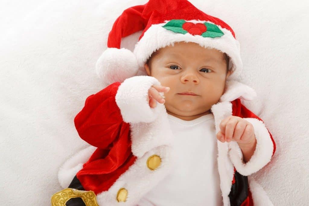 Bebê vestido com fantasia de Papai Noel