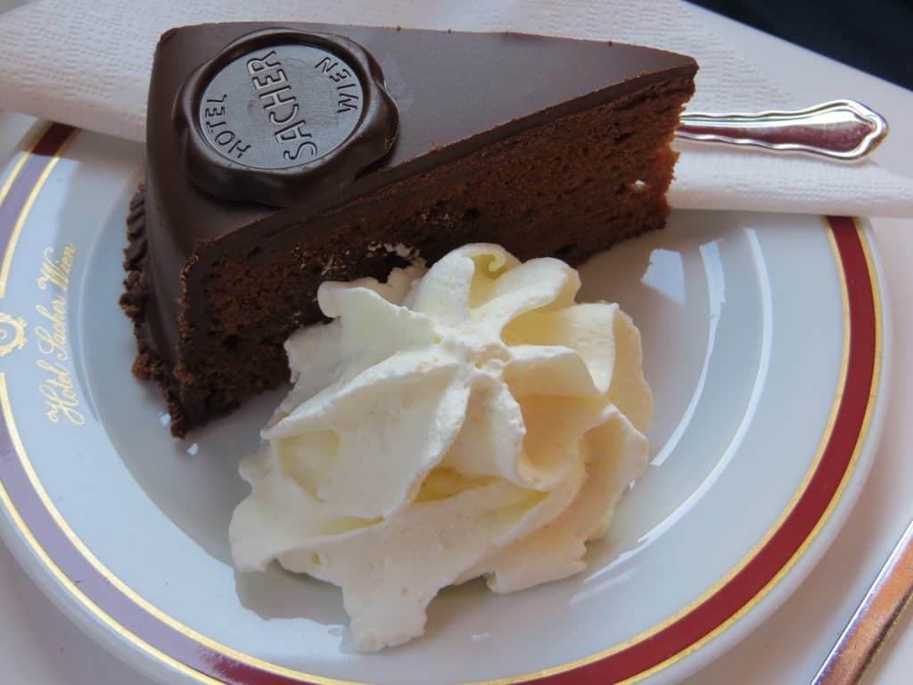 Imagem de uma fatia de bolo.