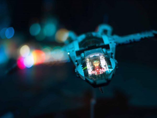 Homem de Ferro pilotando brinquedo de blocos de montar Lego Marvel.