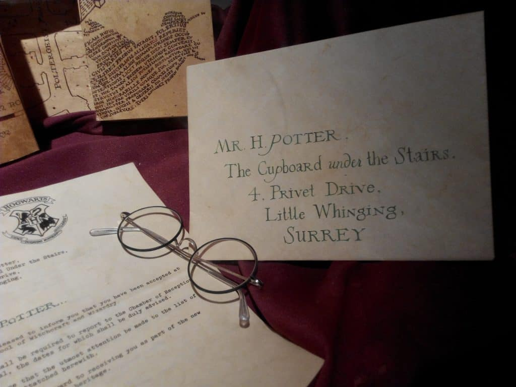 Imagem da carta de admissão na escola de magia e bruxaria de Hogwarts.
