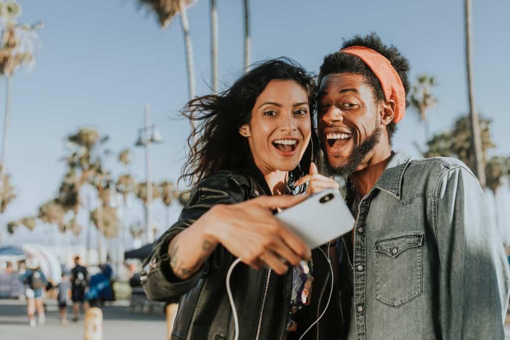 Imagem de um casal tirando uma selfie.