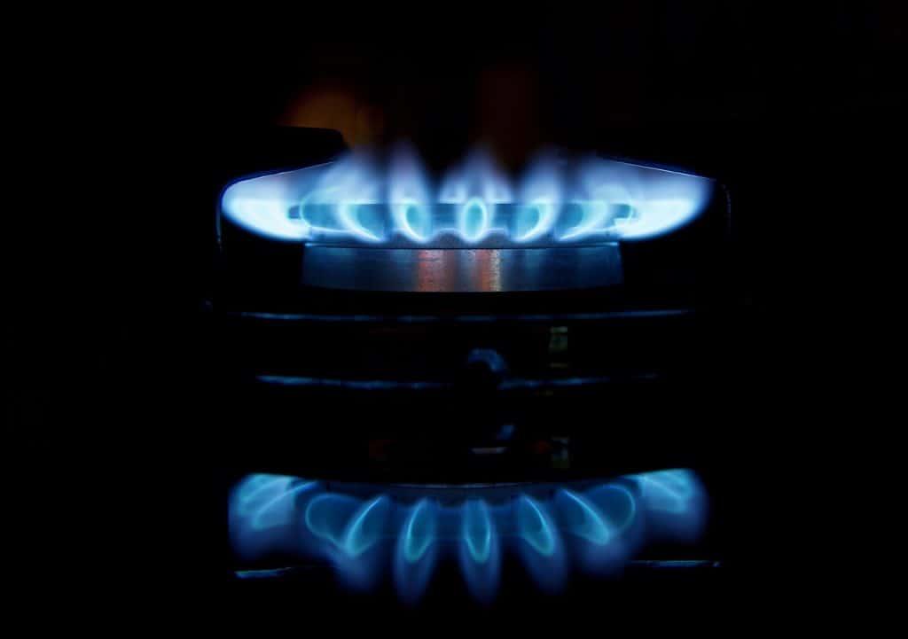 Na foto um fogão a gás aceso.