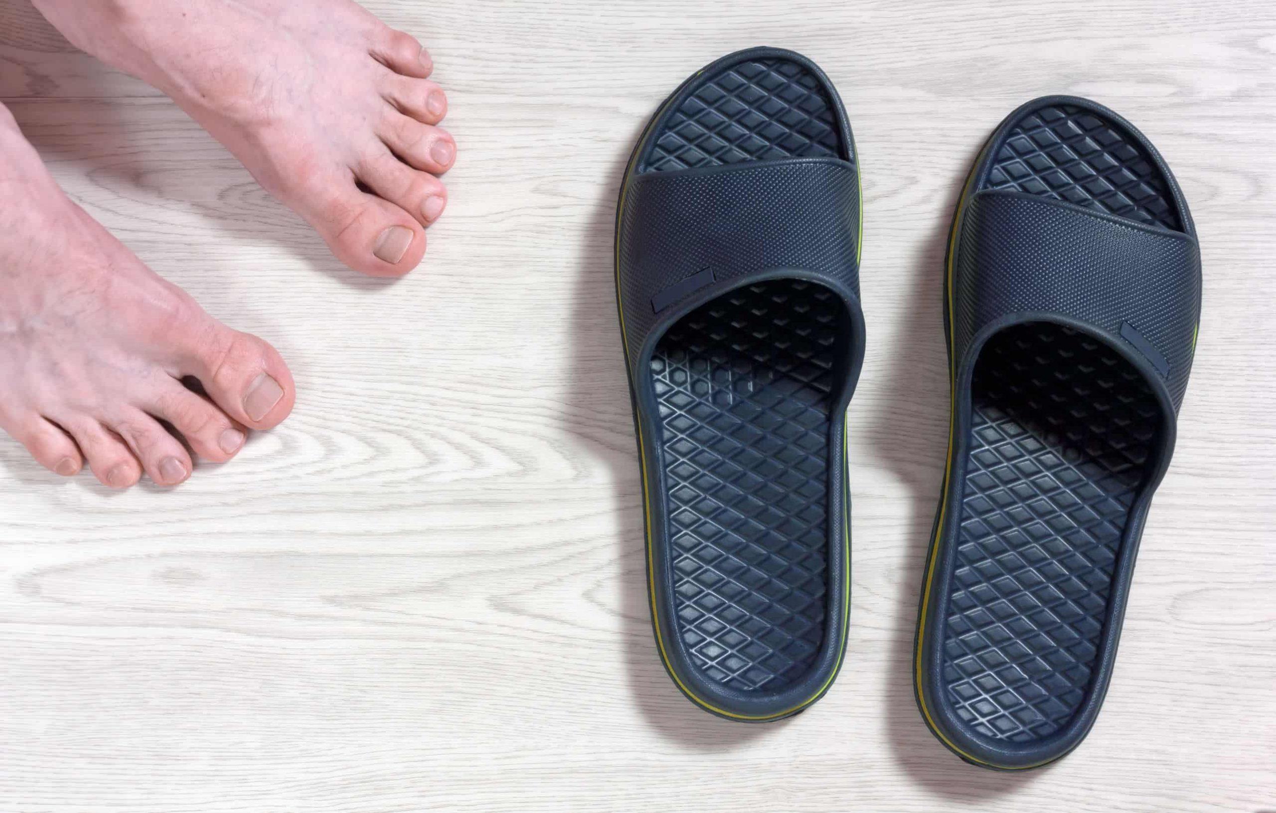 Imagem de chinelo azul adidas.